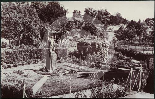 DieHaushaltungsschuleSt.Anna-DerGartenimJahre1937.jpg